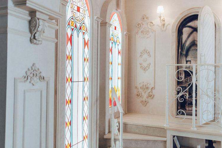 Зал Замковый, интерьеры фотостудии, арочные окна в пол, витражи, круглое окно, лепнина, бароко, банкетка, большой камин, профото оборудование Profoto, винтовая лестница, Интерьерная фотостудия Rococo Studio ( Рококо ) Киев