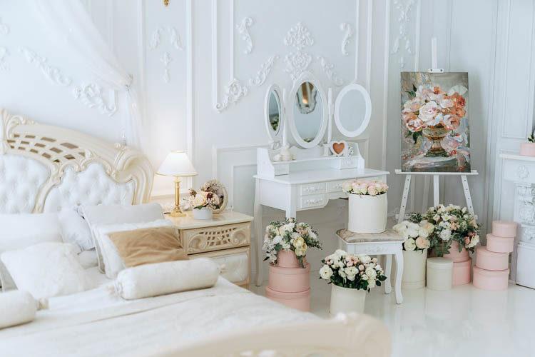 Фотостудии Киева. Зал Пентхаус, интерьеры фотостудии, спальная комната ( кровать ) в стиле Рококо, лепнина, белый глянцевый пол, зеркальный камин, гардеробная, гримерная, круглое окно, бра, распашные белые двери, профото оборудования Profoto, Интерьерная фотостудия Киев Rococo Studio ( Рококо )